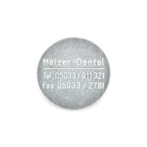 Adesso Split® Haftplatten aus magnetischem Edelstahl mit Mälzer Dental Logo